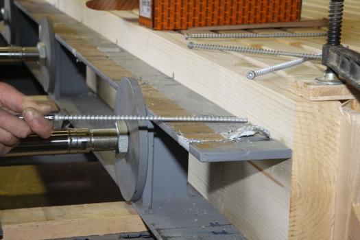 Nach dem Vorspannen erfolgt die maschinelle Verschraubung der Stapel mit der HECO-TOPIX-CC. Dabei wird zusätzliche Verspannung eingebracht. Das Doppelgewinde mit unterschiedlicher Steigung der HECO-TOPIX-CC zieht die Bauteile zusammen und gewährleistet die Übertragung hoher Zug- und Druckkräfte über das Gewinde.