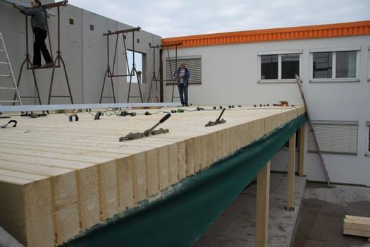 Bei dem neuen Anbau von HECO am Stammsitz in Schramberg handelt es sich um ein zweistöckiges Gebäude in überwiegender Holzbauweise mit Brandabschnittswänden. Die patentierte Systemdecke der Zimmerei Lamprecht wurde als massives Deckenelement, sichtbar eingebaut.