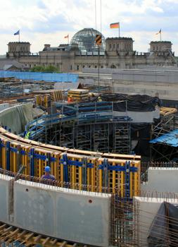Die Rotunde im Gebäudezentrum wird mit einer Trägerschalung Top 50 geschalt. Zwischengeschaltete Kranzhölzer dienen dazu, den Durchmesser von bis zu 27,50 m exakt abzubilden.