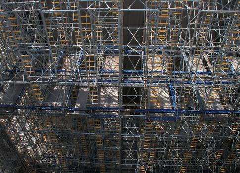 Die 1,52 m breiten Staxo-Rahmen sind durch ihre integrierten Verbindungsmittel schnell aufgebaut und die Gerüstbeläge einfach eingelegt.  : Die 1,52 m breiten Staxo-Rahmen sind durch ihre integrierten Verbindungsmittel schnell aufgebaut und die Gerüstbeläge einfach eingelegt.