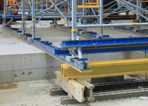 Bei der Montage des Traggerüstes Staxo 100 waren unterschiedliche Aufstandshöhen zu berücksichtigen.  : Bei der Montage des Traggerüstes Staxo 100 waren unterschiedliche Aufstandshöhen zu berücksichtigen.