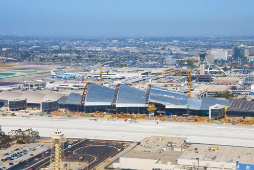 Das geschwungene Dach des Terminalumbaus ist vom nahegelegenen Pazifischen Ozean inspiriert.