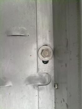 Die MULTI-MONTI wurde eingesetzt, um die metalle-nen Anlaufspur-Elemente zu befestigen.