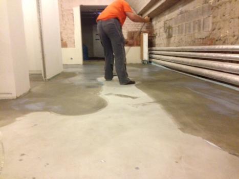 Nach der fachgerechten Aufbereitung des Untergrundes und dem Einbringen des silikatischen Estrichs wurde in einem öffentlichen Hallenbad in Frankfurt am Main Sinnofloor Waterproofing aufgebracht.