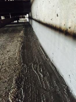 2. Schritt zum Erfolg:  Wand und Boden erhalten eine hinreichend hohe bzw. breite Schutzbeschichtung mit Sinnodur (für Betonwände) und Sinnofloor (für Betonböden). An der Wand sollte sie mindestens 15 cm messen, kann aber auch deutlich höher geführt werden. Die Randfuge wird im Bereich der Bauteilstöße durch Anarbeiten einer umlaufenden Dichtungskehle zusätzlich versiegelt