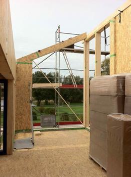 Holzfaserdämmstoffe werden als flexible, biegeweiche Matten auch zum Dämmen von Gefachen eingesetzt. Vor allem in den Wänden, Decken und Dachflächen gezimmerter Holzrahmenbauten und Holz-Fertighäuser kommen Dämmstoffe aus Holzfasern zum Einsatz.