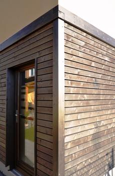 Für Kombinationsfassaden ideal    Die Fasergeometrie von Holzfaserdämmplatten bewirkt eine Festigkeit, die das Anbringen von Profilen, Lisenen, Holzverbretterungen, Riemchenklinkern, Schieferplatten sowie Putzen unterschiedlichster Art gestattet.