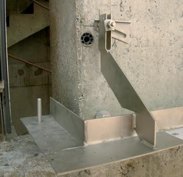 Winkelkonsolanker zur Mauerwerksabfangung an Pfeilern. Langlöcher möglichen eine flexible Ausrichtung