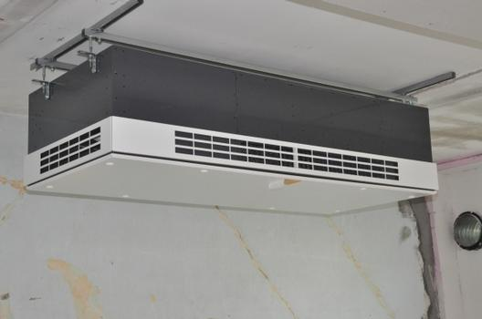 Das dezentrale Lüftungsgerät DUPLEX Vent D 800 als Deckenmontage im Rohbau eines Klassenzimmers der Eiderkaserne in Rendsburg