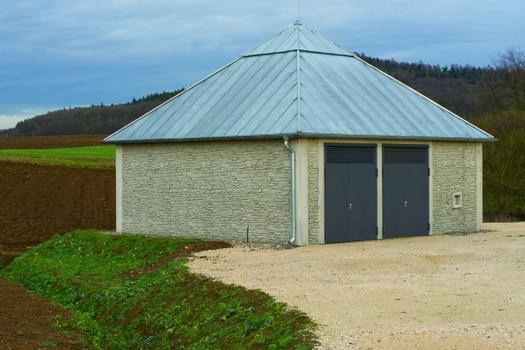 Schachtkopfgebäude des Tunnels Kulch bei Lichtenfels: An der Gemeindever-bindungsstraße Altenbanz–Rossach gelegen passt es sich mit seiner Architektur gut in die Umgebung ein