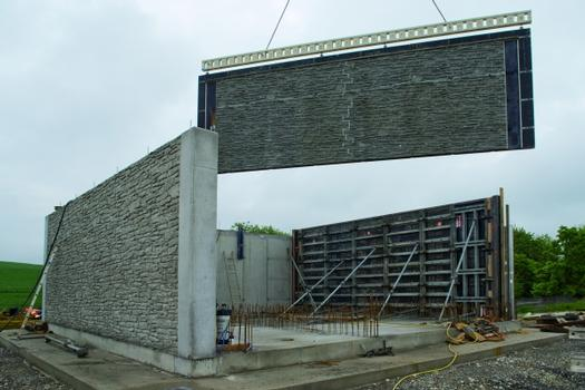 A NOEtec girder ensures the formwork for the 9 m long walls can be put in place and stripped in one piece. The interlocking shape of the edges, which allows the formliner to be extended in height and width, is plainly visible (but only in the formliner)