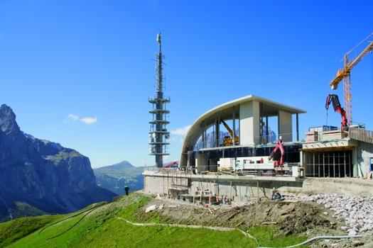 Die neue Bergstation der Dantercepies Kabinenbahn Wolkenstein in Gröden (Selva di Val Gardena), Südtirol.
