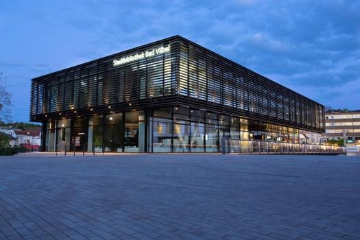 Stadtbibliothek Bad Vilbel, Bibliothek ist gleich Brücke - Wegeleitsystem in Komfortboden Integriert