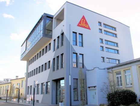 Das neue Büro- und Verwaltungsgebäude der Sika Deutschland GmbH wurde unter den Nachhaltigkeitskriterien der DGNB gebaut und mit einem DGNB-Zertifikat ausgezeichnet.    Bild. 1 - 3