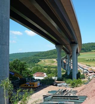 Streckenkilometer 595 der BAB 7: Die neue Großbrücke überquert das Tal der Sinn, die Staatsstraße 2289 und die Trasse der stillgelegten Sinntalbahn.