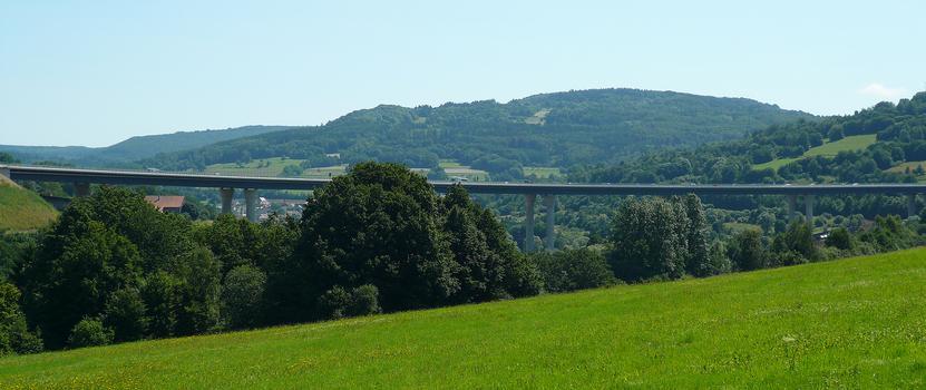 Die neue Talquerung entstand in einem Achsabstand von 46 Metern zur alten Brücke.