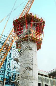 Die runden Pfeiler wachsen mit der CB 240 Kletterschalung und VARIO GT 24 Schalungselementen bis in rund 26 m Höhe. Die Einheiten aus Schalung und Gerüst lassen sich schnell per Kran in den jeweils nächsten Takt umsetzen. Die PERI UP Treppe Alu 64 bietet sicheren Zugang zum Arbeitsbereich.