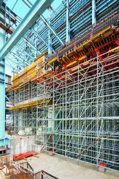 Das Modulgerüst PERI UP bildet das Traggerüst für die bis zu 5,30 m starke Decke im Turbinenhaus. Die Stiele werden in Bereichen hoher Lastkonzentrationen einfach gebündelt – so lässt sich das System den Lasten optimal anpassen.