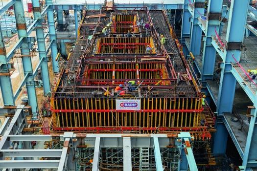 Die Grundfläche des Turbinenbauwerks misst 30,50 m x 12,00 m und ist gekennzeichnet durch massige Wände, Unterzüge und Decken. Der bewährte, tragfähige Gitterträger GT 24 mit hoher Biegesteifigkeit ist eines der Hauptbauteile für die projektspezifisch geplanten Schalungen.
