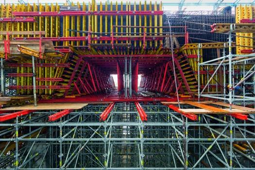 Zur Ausbildung eines massiven Deckengewölbes im Turbinenhaus planten die PERI Ingenieure eine wirtschaftliche Tragkonstruktion aus mietbaren Systembauteilen des VARIOKIT Ingenieurbaukastens.