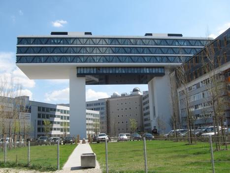 Statische Meisterleistung: Der Bürotrakt wird von zwei 45 m hohen Stahlbetontürmen getragen, die gleichzeitig der Erschließung dienen