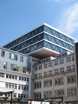 Dank seiner ungewöhnlichen Gebäudeform wird die Medienbrücke auch als liegendes Hochhaus bezeichnet