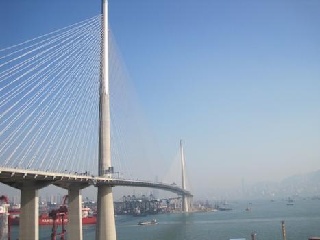 Die Pfeiler einer der längsten Schrägseilbrücken der Welt, der Stonecutters Bridge in Hong Kong, sind an ihrer Spitze auf einer Länge von 120 m mit nichtrostendem Duplex-Stahl verkleidet
