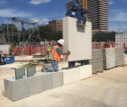 Die finale Betonmixtur und die richtige Oberflächenbehandlung der Betonfertigteile wurden in einem aufwändigen Bemusterungsprozess gefunden.