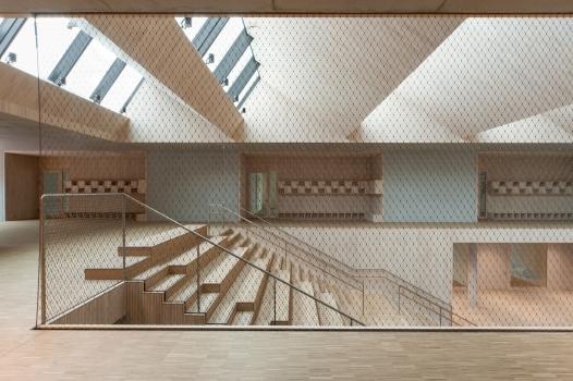 Beim Treppensteigen bietet ein doppelläufiges Geländer mit einer Füllung aus Edelstahlseilnetzen Halt und Sicherheit.
