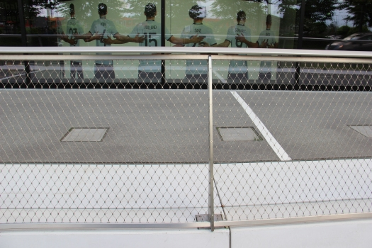 230 m² of the stainless steel mesh with a mesh width of 40 mm and 1.5 mm cable diameter was used outside