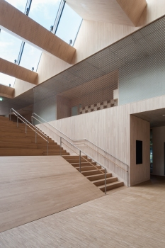 To underscore the open character of the architecture, the galleries on the second floor do without sight-impeding balustrades.