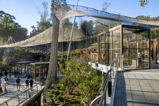 The wall mesh of the enclosures is connected to the roof construction via a border rope freely supported on the roof mesh.  : The wall mesh of the enclosures is connected to the roof construction via a border rope freely supported on the roof mesh.