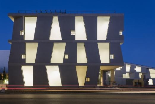 Charakteristisch für den Entwurf der Glassell School of Art von Steven Holl: großformatige Betonfertigteile, die zwischen horizontalen und geneigten Ortbetonträgern angeordnet sind.