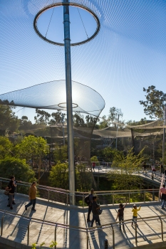 The roof mesh is borne by just nine inner supporting pylons – an impressive construction and without doubt a milestone in modern zoo architecture.