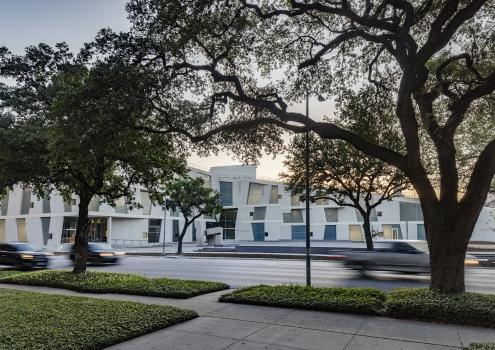 Die in der Ansicht keilförmige Glassell School of Art hat ein öffentlich zugängliches begrüntes Dach, das sanft von einem zentralen Skulpturengarten ansteigt.