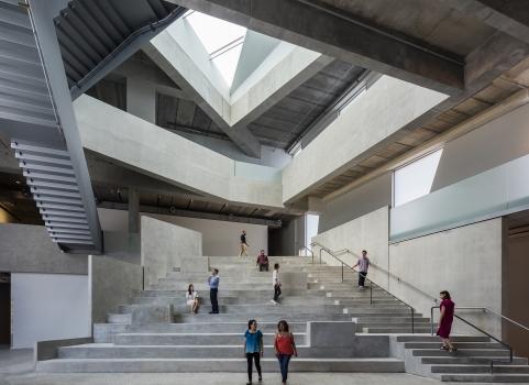 Wichtige architektonische Aspekte waren die Versorgung aller Innenräume mit natürlichem, schattenlosem, diffusem Tageslicht sowie die Möglichkeit, alle Studios natürlich belüften zu können.
