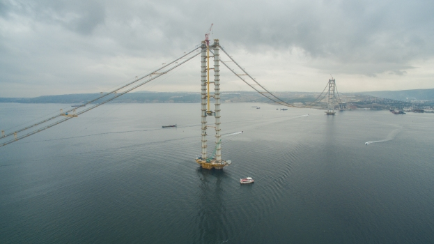 Already during construction the Izmit Bay Bridge displays its future beauty. She reminds of the Severn Bridge, the first suspension bridge with stay cables.