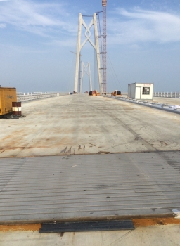 The new sliding-lamella expansion joints were inserted at the main segments of the Jianghai cable stayed bridge. : The new sliding-lamella expansion joints were inserted at the main segments of the Jianghai cable stayed bridge.