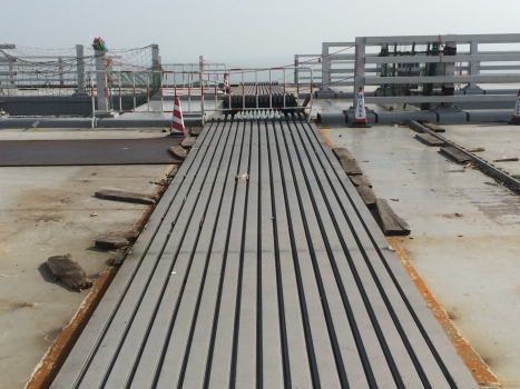 Exactly equal gaps between the lamellas demonstrate the exactness of the control system of the sliding lamella expansion joints. : Exactly equal gaps between the lamellas demonstrate the exactness of the control system of the sliding lamella expansion joints.