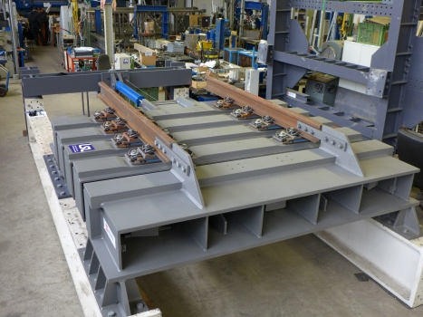 The so-called guided cross-tie in the test lab: these railroad expansion joints are capable of transmitting and accommodating fast, pulsed and large seismic movements – without causing damages to the structure and the expansion joint.