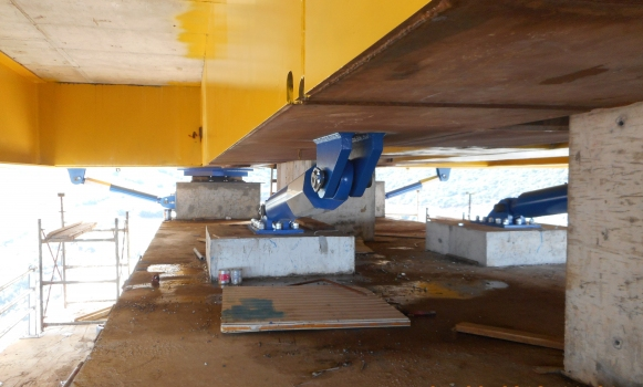 Situation on one bridge pillar. Center front and on the right: two hydraulic dampers in transverse direction, behind them on the left one of four sliding isolation pendulums can be seen, behind that at the outside two longitudinal hydraulic dampers.