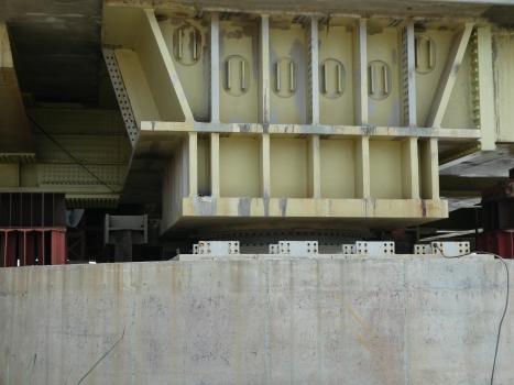 Ein Kalottenlager mit einer Auflast von bis zu 231.000 kN unter einem der beiden Pylonfüße : Ein Kalottenlager mit einer Auflast von bis zu 231.000 kN unter einem der beiden Pylonfüße