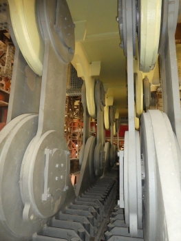 Die Pendellager-Paare, in Längsrichtung der Brücke gesehen: außen jeweils die beiden Stahllaschen, oben und unten die Gelenkaugen mit den Axialgelenklagern