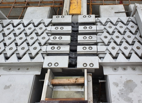 Track tunneling of an expansion joint II : On the jobsite in Gothenburg: in the center the fitting pieces between which the track will be placed.