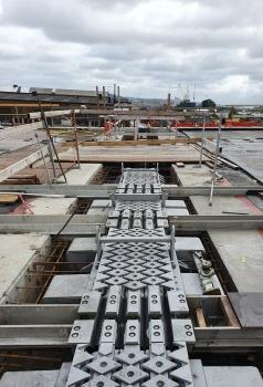 Dehnfugen-Einbau auf der Hisingsbron: Einbau einer geräuschgeminderten Dehnfuge auf der neuen Hisingsbron in Göteborg