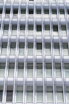 Auf 50.000 m² Fassadenfläche lassen Scheiben ein Spiel aus Transparenz und Reflexion entstehen. : Auf 50.000 m² Fassadenfläche lassen Scheiben ein Spiel aus Transparenz und Reflexion entstehen.