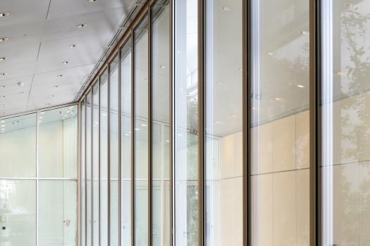 Eine dezente Farbgebung in Weiß sowie Einbauten und Oberflächen aus hellem Holz unterstreichen die von Licht und Offenheit geprägte Atmosphäre.