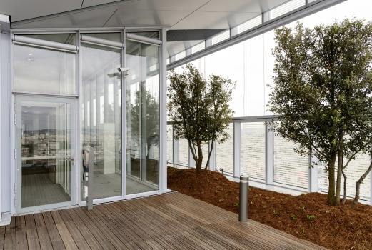 Im 8., 19. und 29. Stockwerk bilden sich Terrassen, die mit Bäumen und niedrigen Gewächsen bepflanzt und mit holzbeplankten Wegen durchzogen sind.