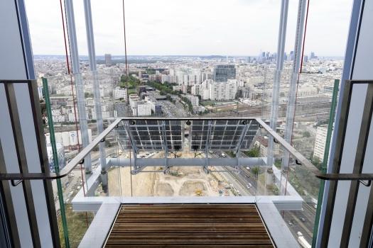 Auch vor den beiden Panoramaaufzügen des Turms befinden sich Solarelemente.