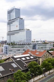 Komponiert ist das Tribunal de Paris aus einem fünf- bis achtgeschossigen, für die Öffentlichkeit zugänglichen Sockel und dem Turm für die Verwaltung der Justiz.